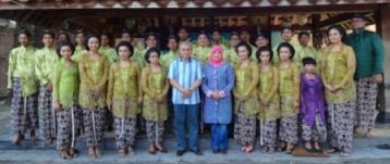 Peserta Ruwatan Foto Bersama dengan Bpk  Ketua Apkasi H. Isran Noor MSi dan Ibu